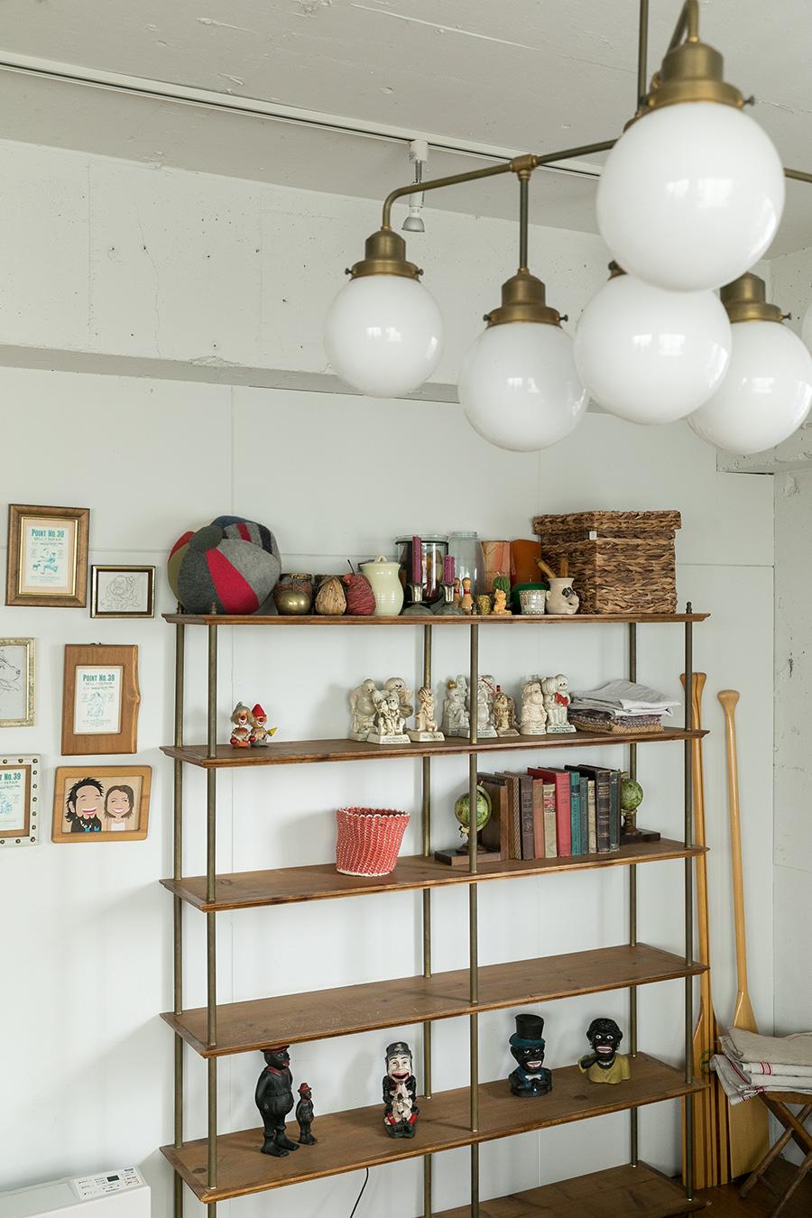 棚はDIYで製作。棚板を支えるスチール部分は、照明器具に使われるパーツを流用。
