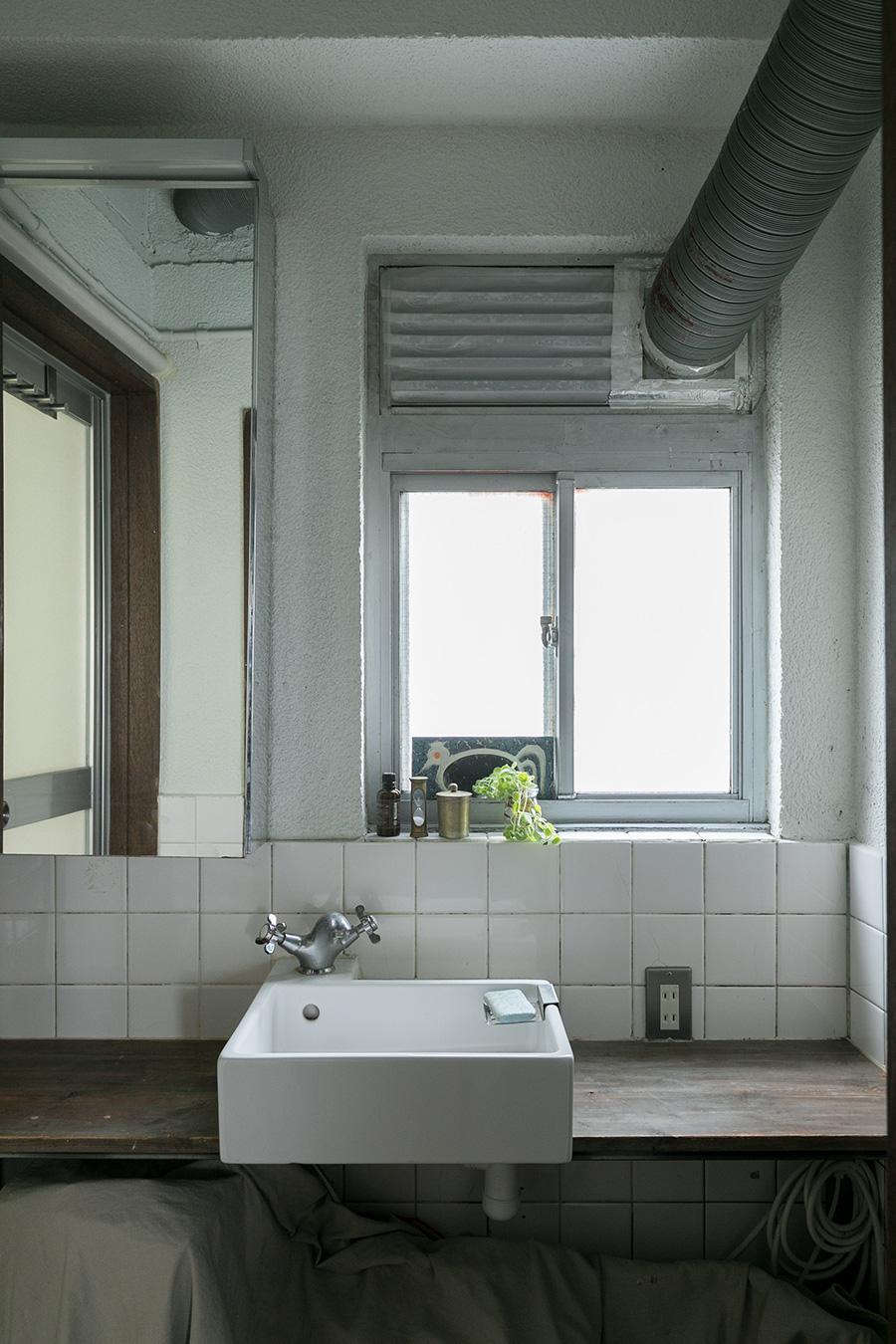 白いタイルの洗面所には、スクエアなボウルを。ここも大家さんが整えてくれたそう。