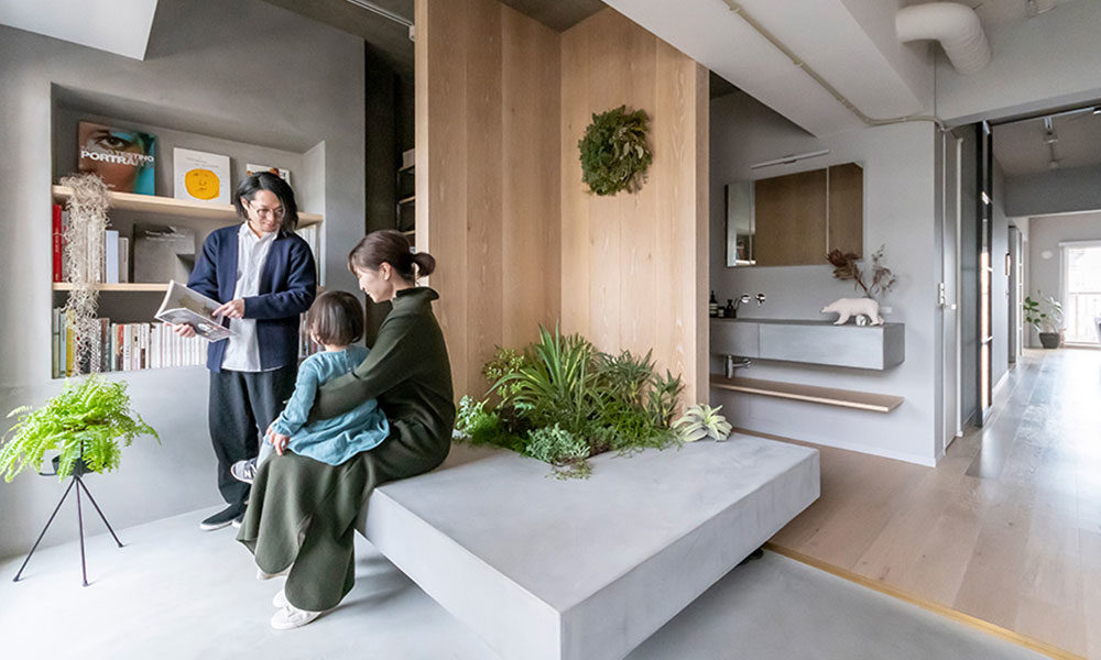 設計士の家族リノベーション 主役は玄関。モルタルのベンチに緑を植えて。