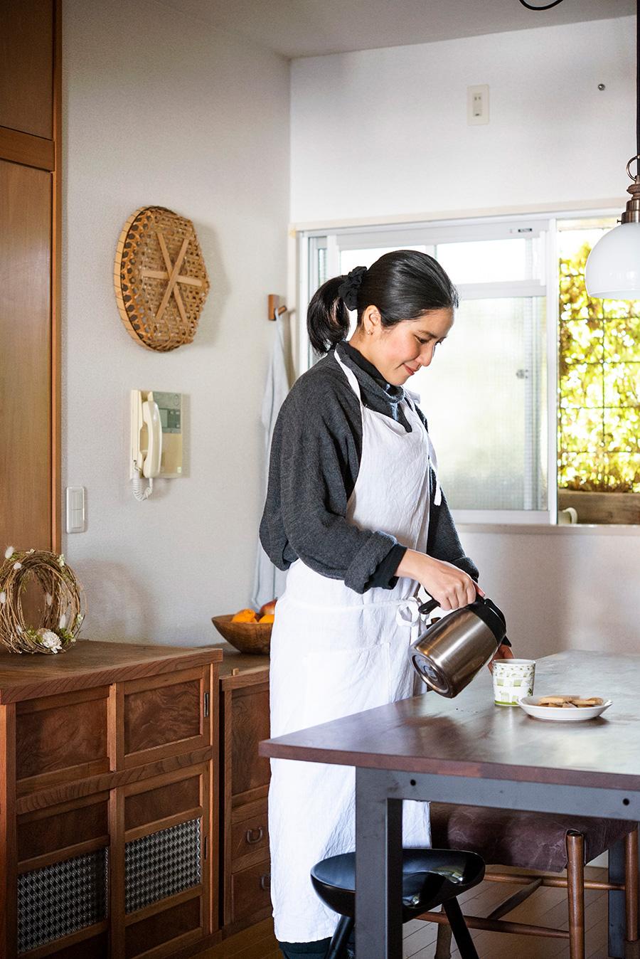 手作りのお味噌やぬか漬け、おやつなど、食事には手間暇をかけて暮らすあいこさん。窓越しのアイビーの緑がきれいなキッチンで。