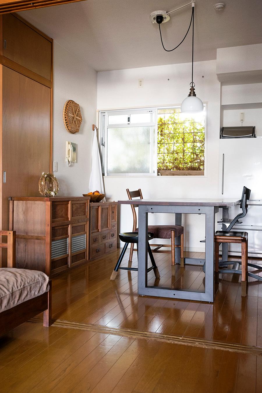 「古道具や経年で味が出る家具が好き」と言うあいこさん。アイアンの脚の向きを変えることで高さをチェンジできるダイニングテーブルは、広松木工のもの。