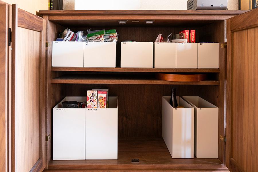 キャビネットのキッチン側に食品ストックを。ここでもファイルボックスを活用し、アイテム毎に仕分けている。