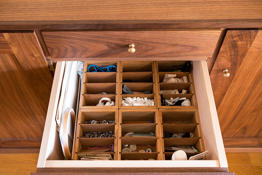 細かい手芸用品は、セリアの木製仕切りケースで小分け。引き出しにちょうどぴったり収まった。