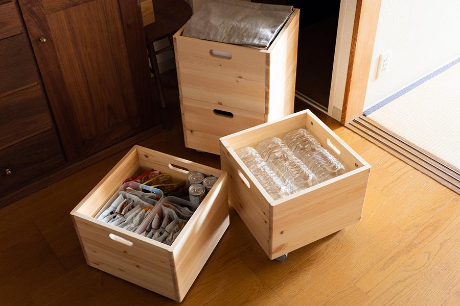 非常食、お水などはたっぷり揃えている。箱の中にも小さいケースを活用して整然と。