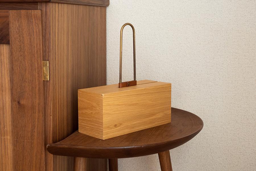 木製のスタンドが気に入って購入したコロコロクリーナー。インテリアになじむ。