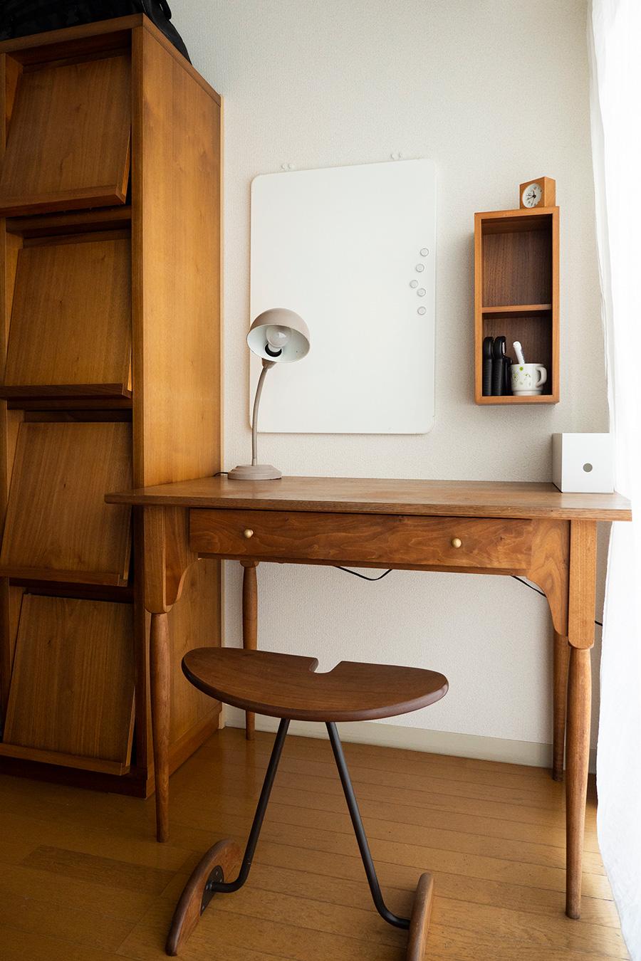 広松木工のデスクは、ダイニングテーブルから勉強机に。無印良品の「壁につけられる家具」を設置して、よく使う筆記用具などを収めている。