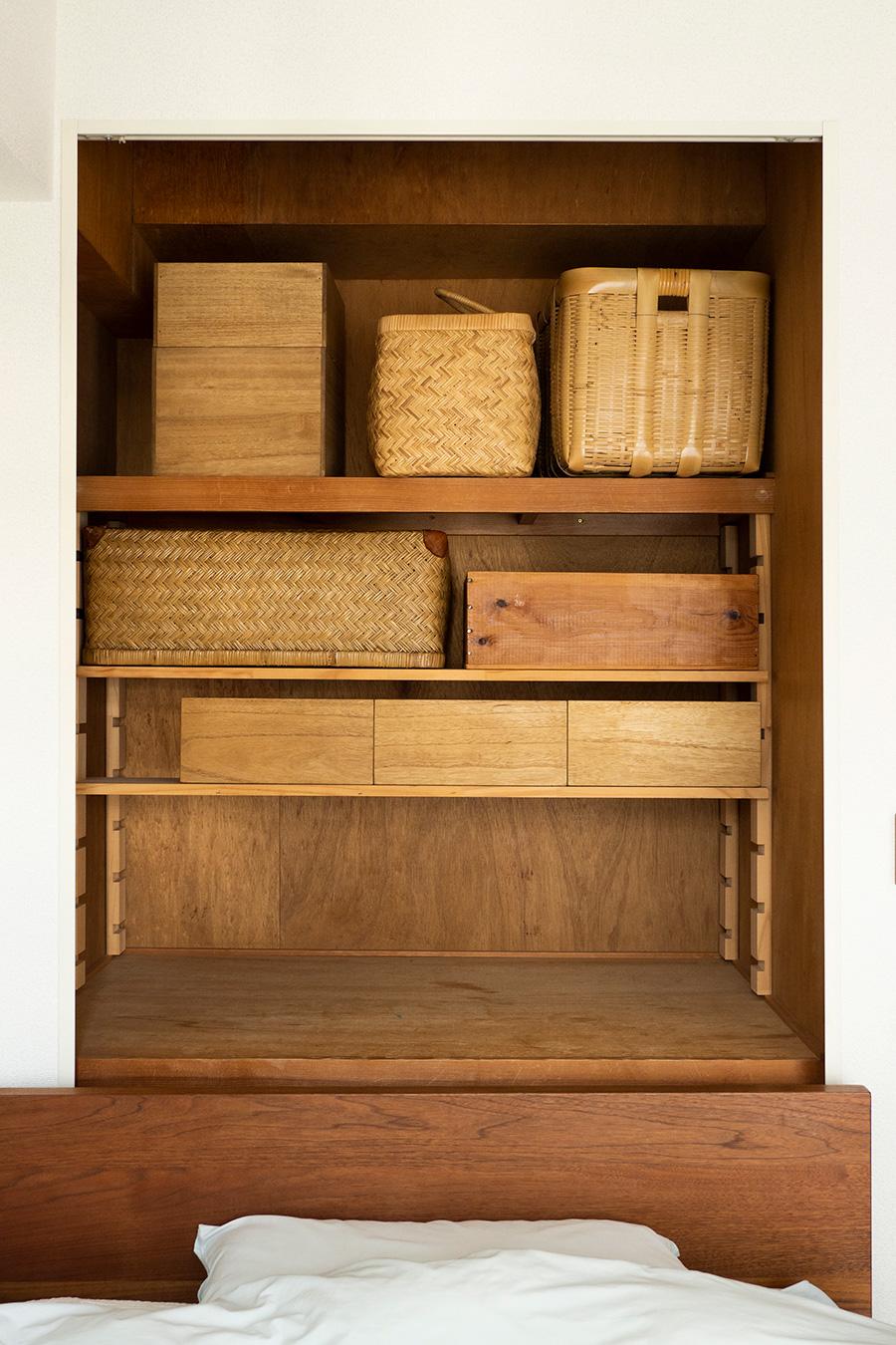 押し入れの扉も取り外してオープンに。柳行李やワイン箱などを収納ボックスに使用することで、インテリアに調和させている。