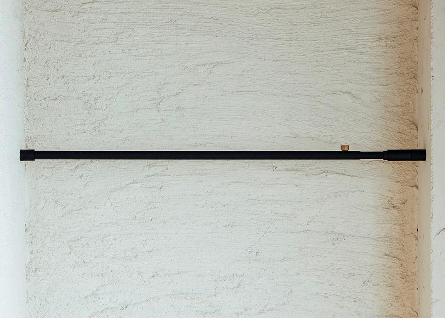 空間のちょっとしたスペースにベースとなるTension Rodを設置。突っ張り棒の仕様なので、ネジ釘は不要。 縦横方向取付可テンションロッド (75~115cm) ¥3,500 (115~190cm) ¥4,500