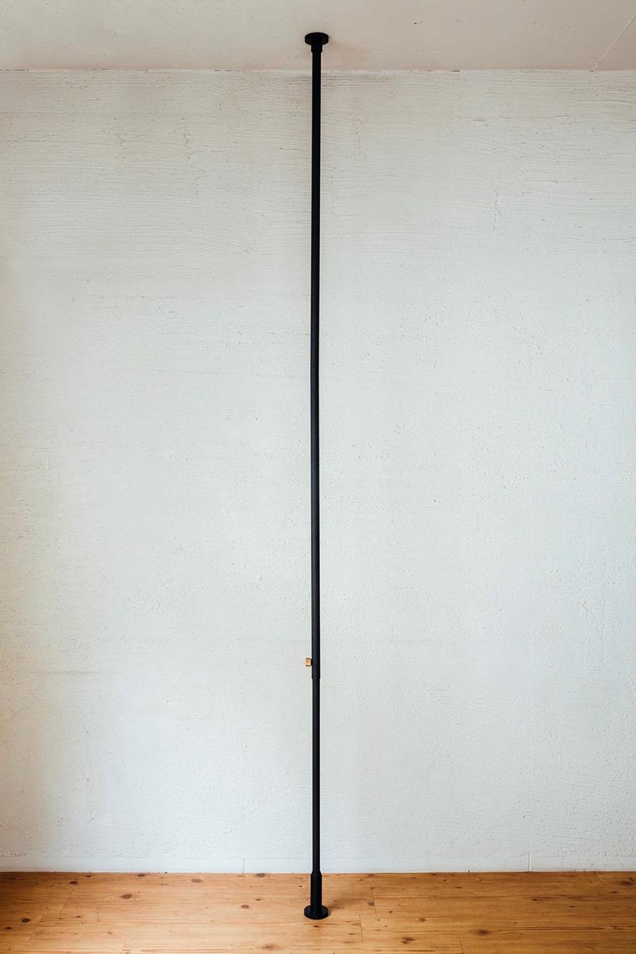 縦方向に突っ張り棒を設置するという斬新なアイデア。 縦方向専用テンションロッド (200~275cm) ¥5,500