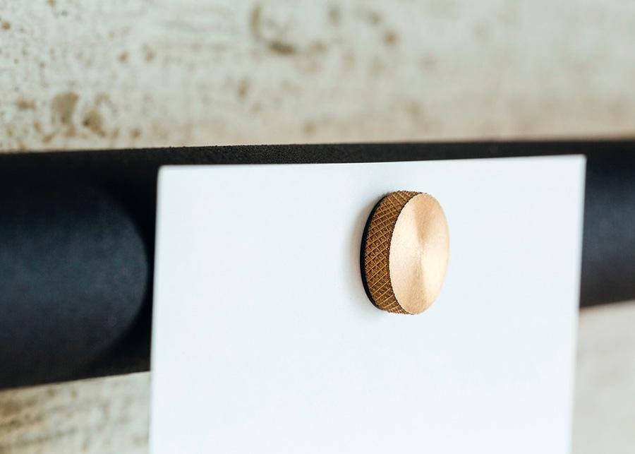 カードやメモを飾る真鍮のマグネット。小さなパーツながらも、なかなか出会えない秀逸なデザイン。