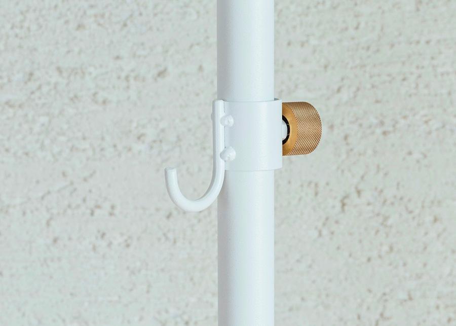 すべてが塗装されたミニマムなフック。突っ張り棒に同化するためインテリアの邪魔にならない。