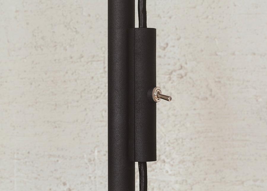 布コードとトグルスイッチが採用された照明。