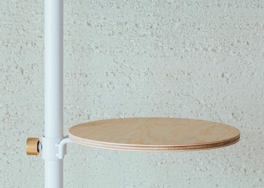 シンプルな木目がアクセントになる小さなテーブル。