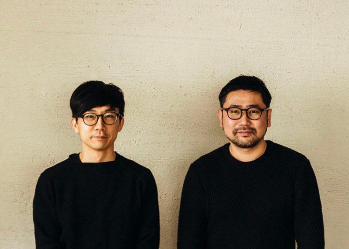 DRAW A LINEのクリエイティブディレクションとプロダクトデザインを担当したクリエイティブユニットTENTの青木亮作氏と治田将之氏。