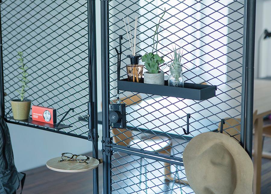 パーテーションに取り付けるスチール製のシェルフやフックも充実。もちろんDRAW A LINEのランプやテーブル、フック等も取付可能。