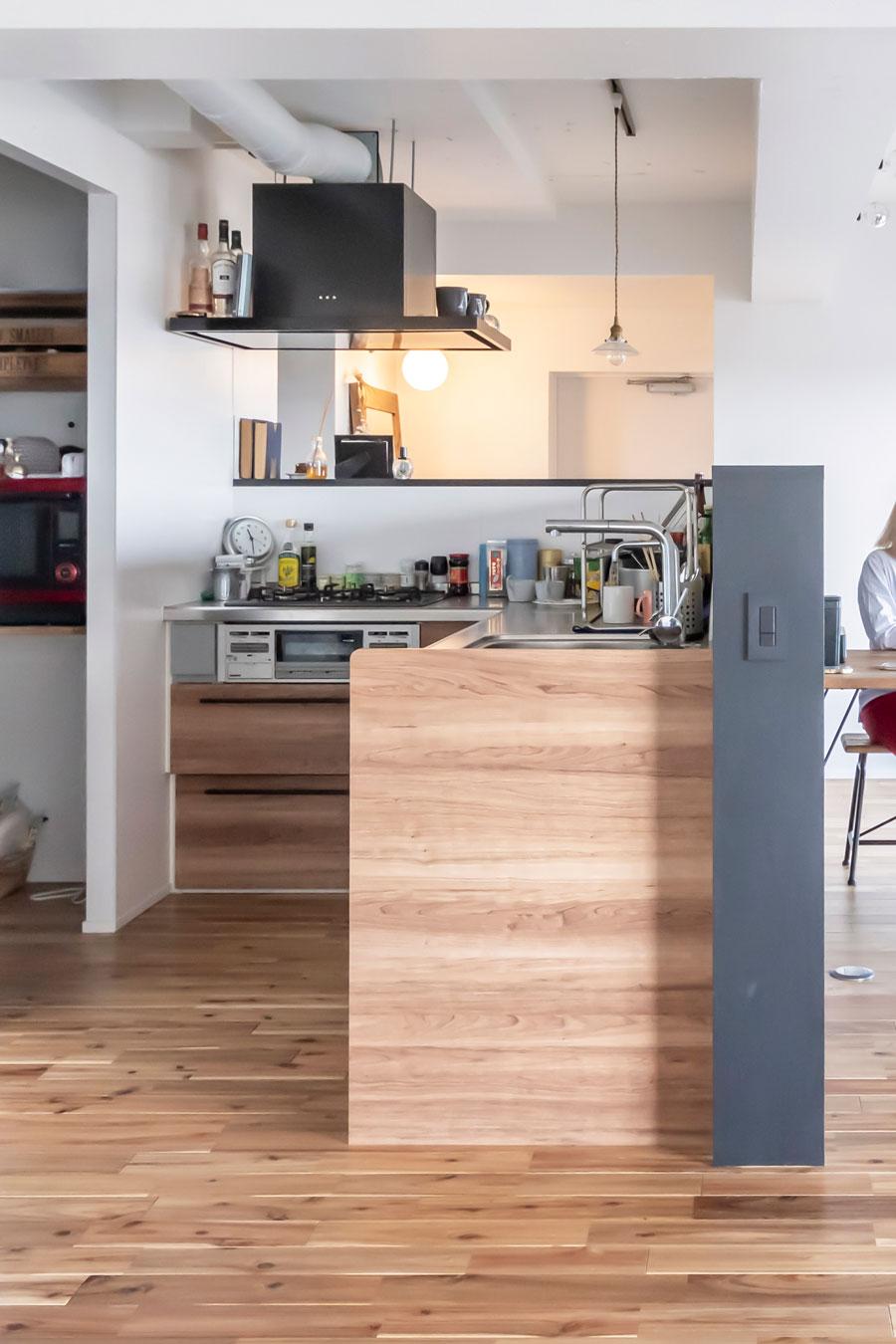 リビングに馴染むよう、キッチンの壁面は木目調に。