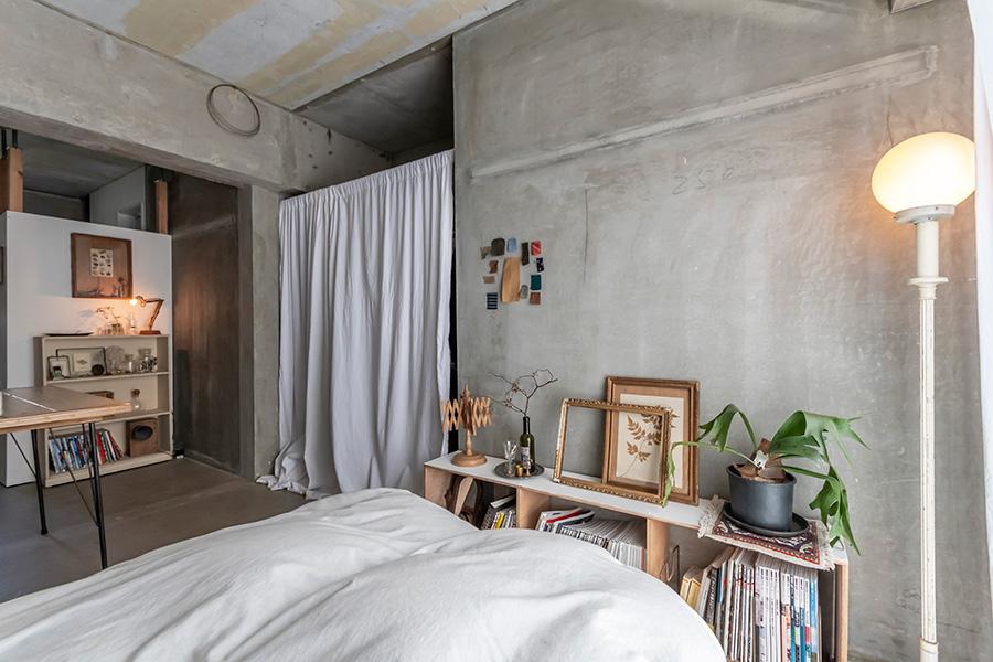 コンクリートの荒々しさと繊細な飾り付けをミックス。フロアライトは福岡のアンティーク家具、服、雑貨の店「krank marcello」で。