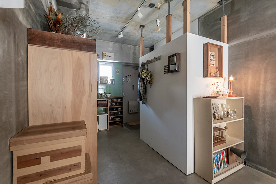 DIYでつくったパウダールーム。天井と柱の間にかませているのが、鋼製束。