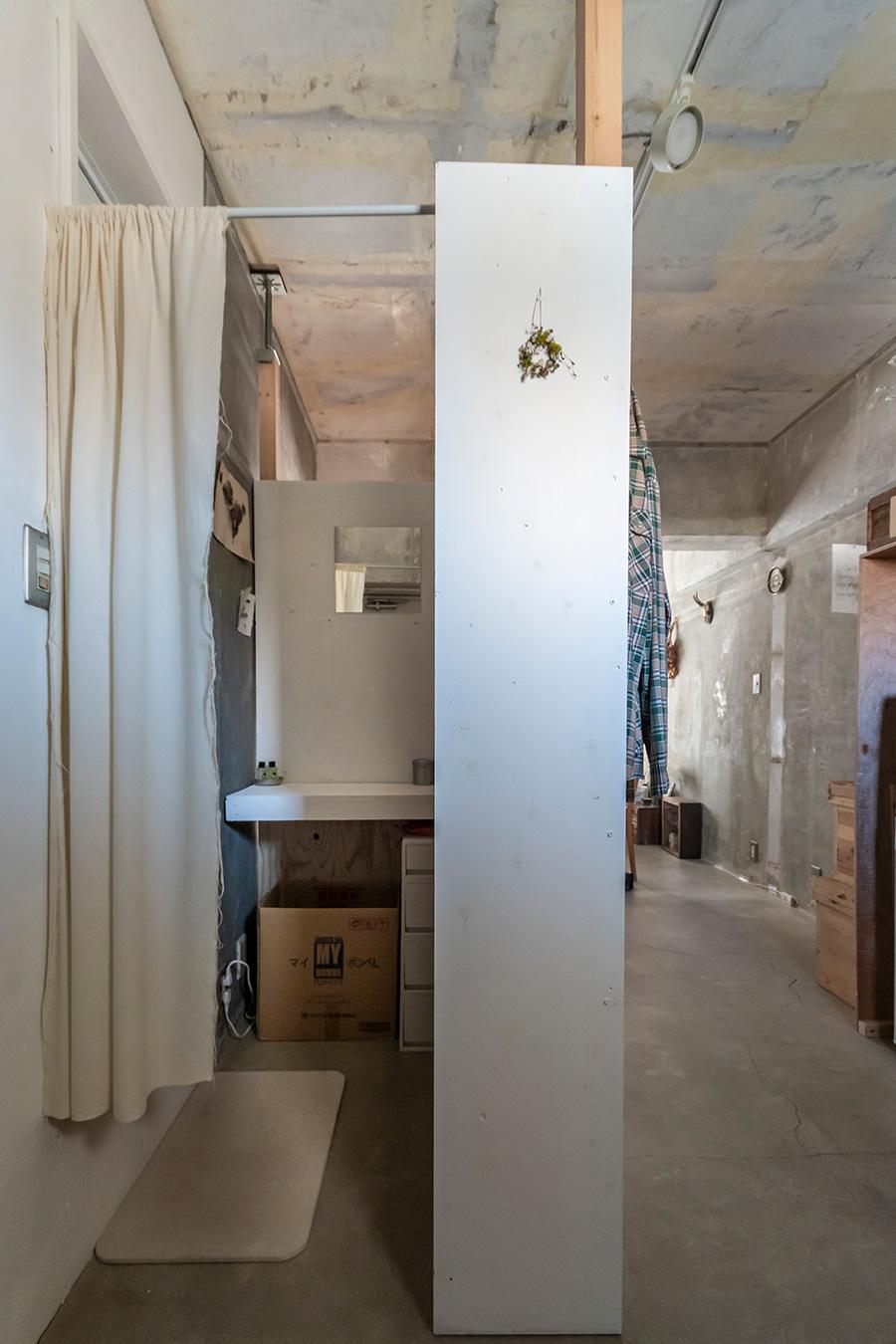パウダールームの中はこんな感じ。ちょうどいいものが見つからない収納は、処分するか売るかができるもので代用。