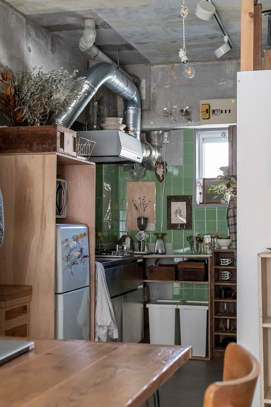 キッチンのタイルが部屋のアクセントに。生活感が出る冷蔵庫や電子レンジを隠すため、囲いをDIYで作った。