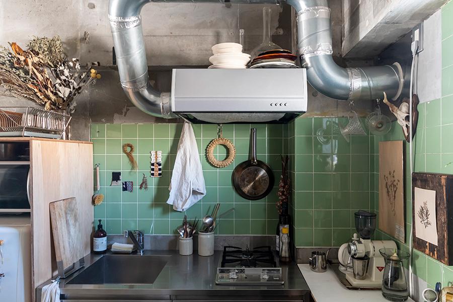 キッチンの壁もドライフラワーや布の端切れなどでディスプレイ。キッチン台はサンワカンパニーのもの。