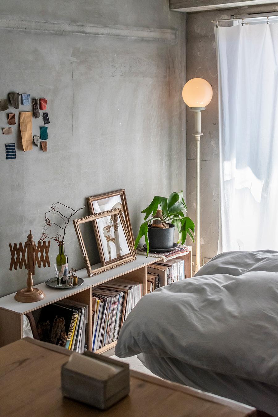 DIYで作った本棚を使ってディスプレイ。壁にアレンジされた布の端切れは、額をイメージしたもの。