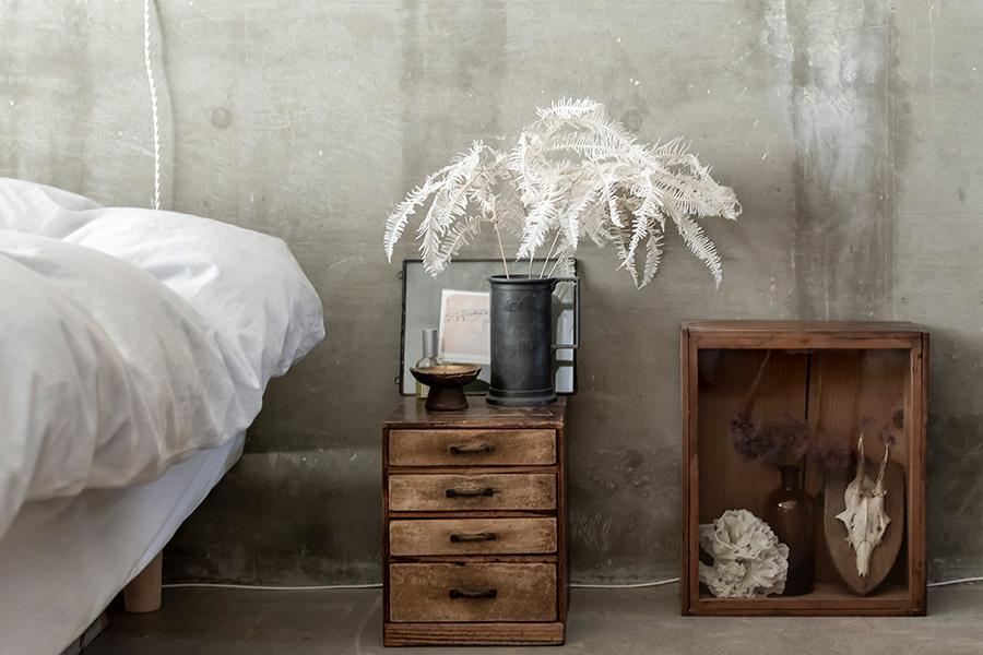 シダのドライフラワーは、表参道の「TOKYO FANTASTIC」で購入。古家具にもコンクリートにも似合う。