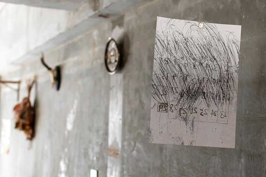 銅版画のアーティスト、富田惠子さんの作品。マグネットでとめて吊るしている。