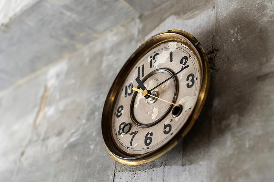 蚤の市で購入した古い文字盤に、アマゾンで入手した時計のキットを組み合わせて自作。