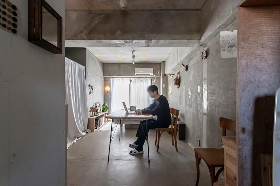 都心のアクセスのよい繁華街に暮らすamanojackさん。「狭小アパートメント暮らしの実験」をInstagramで発信している。