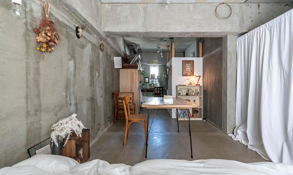 狭小アパートをギャラリーに  アートとアンティークで彩る スケルトンの実験空間