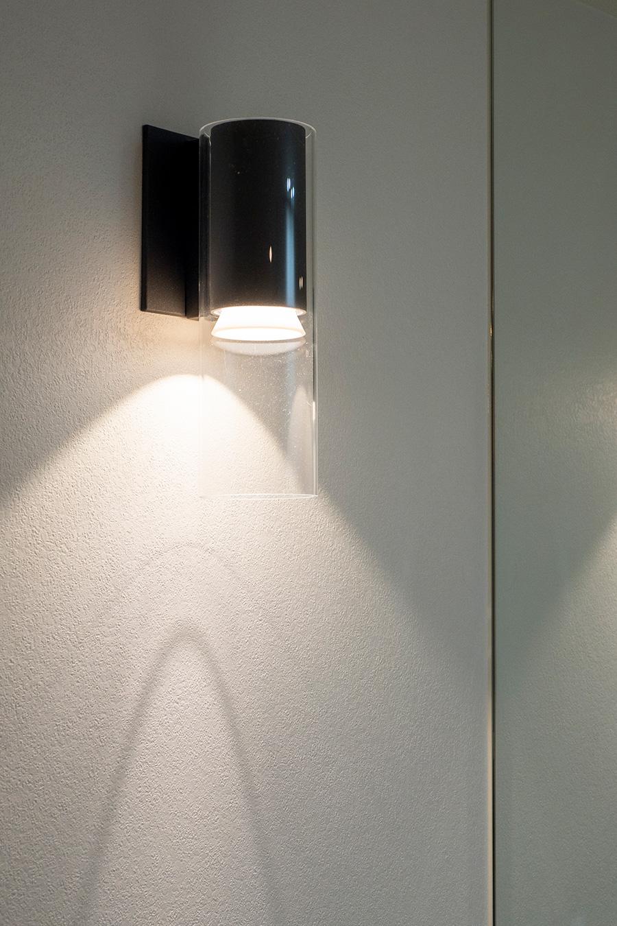 希望だったルイス・ポールセンの屋外用ランプを洗面に。壁を照射。