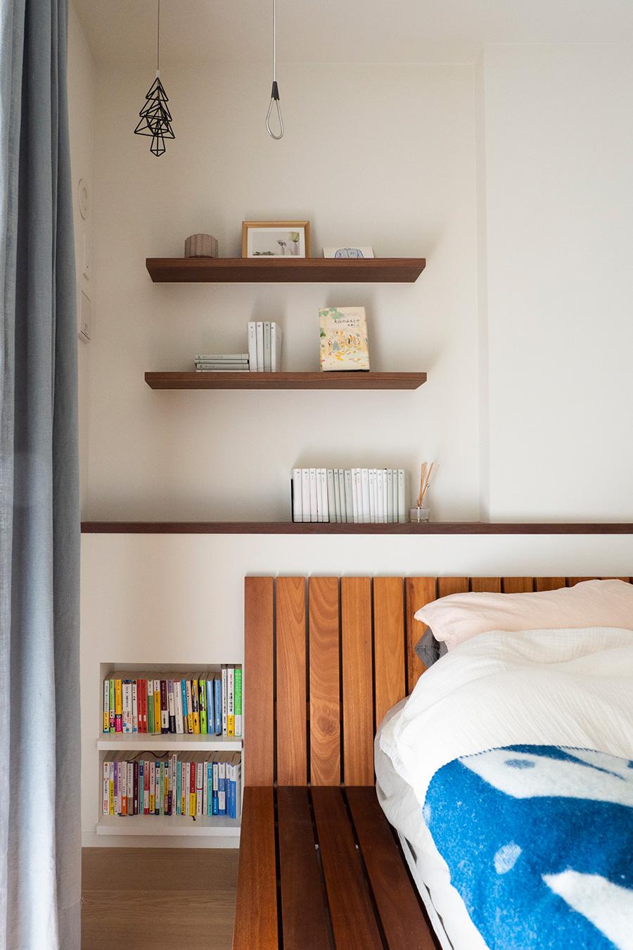 視線の高さには棚を取り付け、ディスプレイを楽しめるようにした。見えにくい下の位置には本棚を。