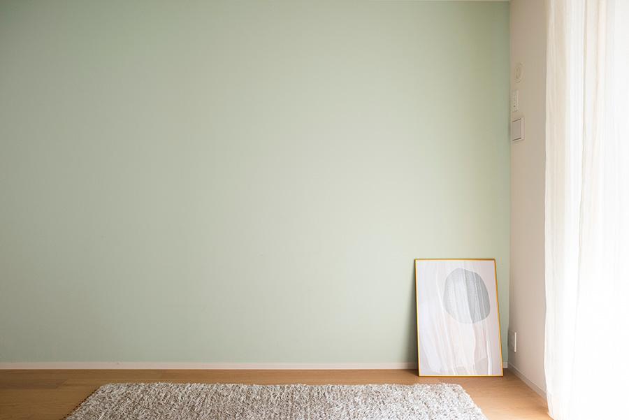 LDKの脇の一室の壁を、ケリーモアペイントで塗装。何千種類のカラーから選んだグリーンが部屋のアクセントに。