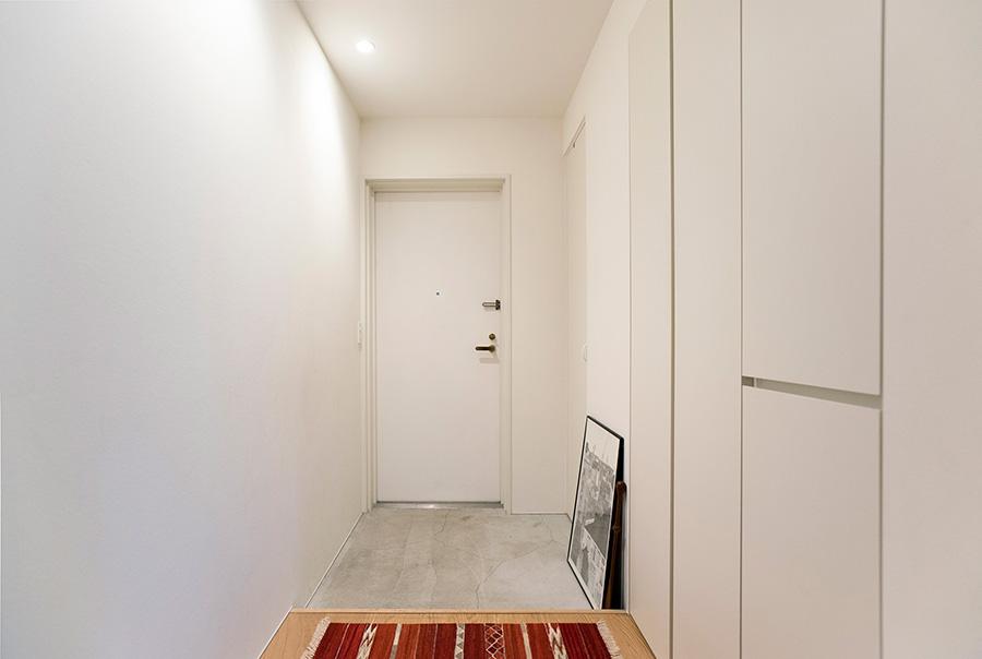 玄関にも額装したポスターを置いている。壁を照らすライトが生む陰影とともに、空間を素敵に演出。