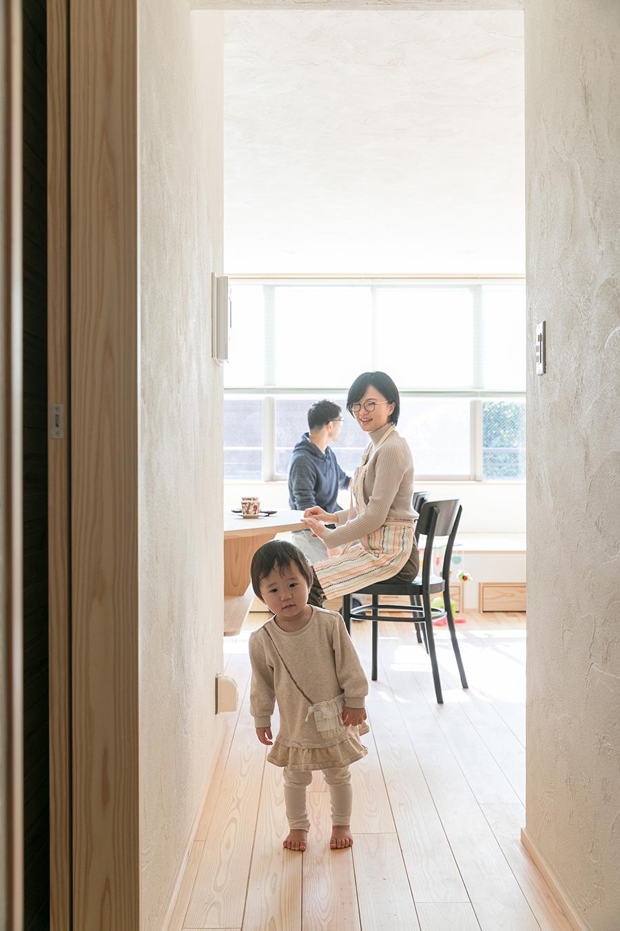 娘のあみなちゃんがお出迎え。ミツロウワックスのみが塗られた無垢材の床は、木の風合いそのままで気持ちいい。