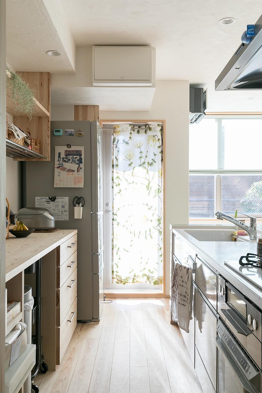 キッチンの造り付けの棚にも一部無垢材が使われ、統一感あるナチュラルな雰囲気に。