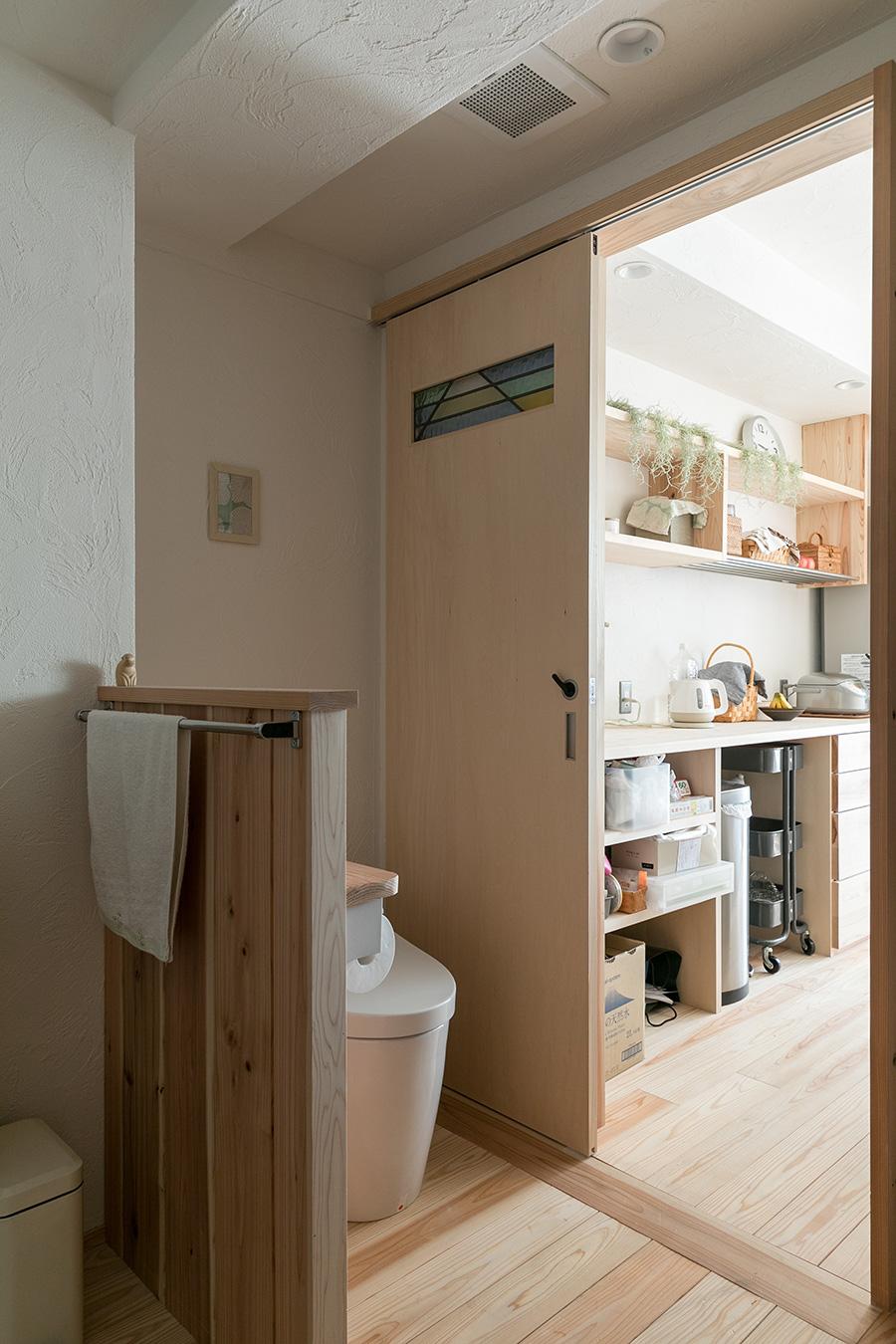 キッチンの引き戸を引けばトイレ、洗面所、ランドリールームへとつながる。