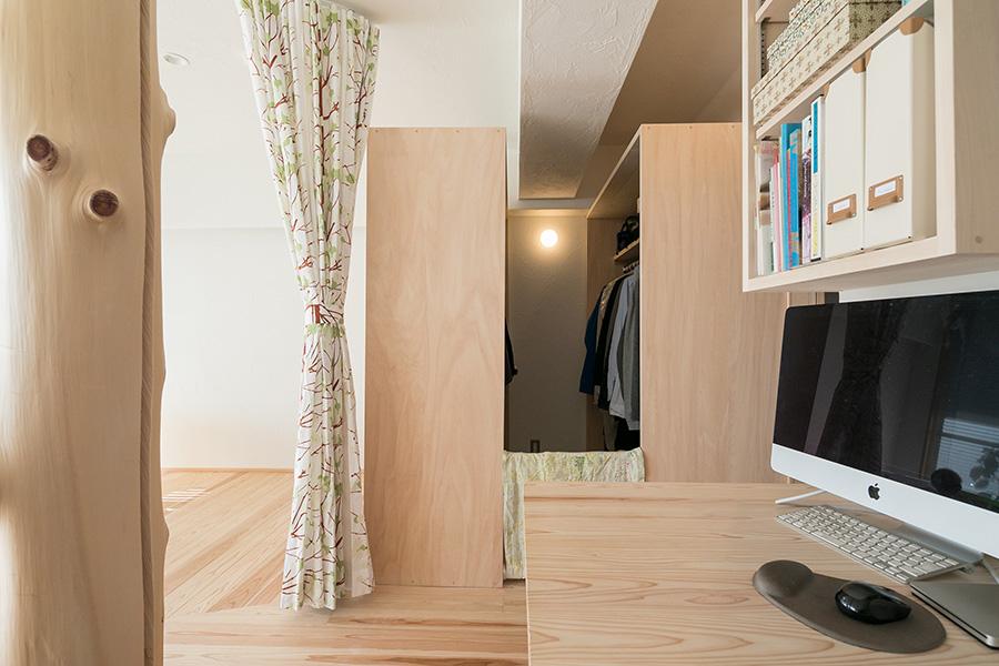 リビングの一角には、グラフィックデザイナーのルイさんのワークスペースも。たっぷりサイズの収納スペースは、使いやすさを重視。