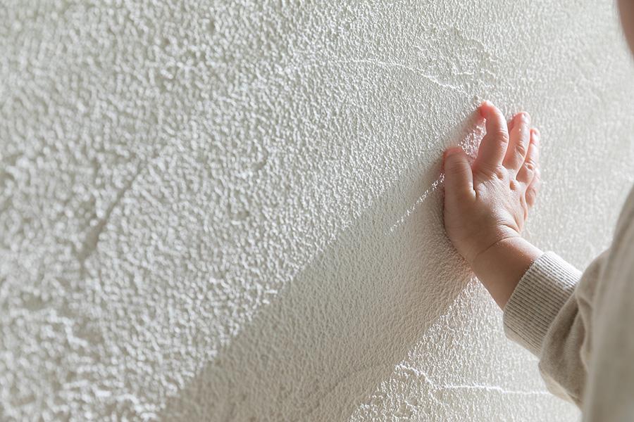 調湿効果の高いと言われる漆喰壁。ほどよいコテ跡の風合いが素敵だ。