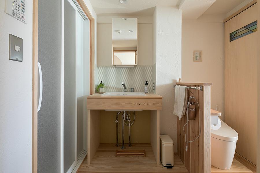 トイレ、洗面所、ランドリールームの壁、天井にも漆喰が使われているのでニオイがこもらないという。