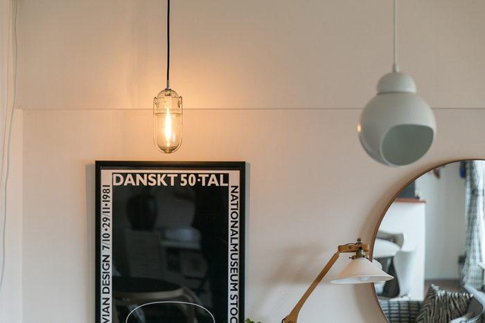「左のピーター・アイビーの照明は、東京で開催された個展に行った際に手に入れることができました」。右の丸いペンダントライトは、アアルト設計のルイ・カレ邸で使われているもの。