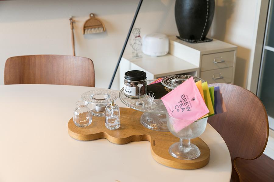 イッタラの木製プラターにガラスの器をディスプレイ。「サイファは机や棚の上のモノを落とすことがないので助かっています」