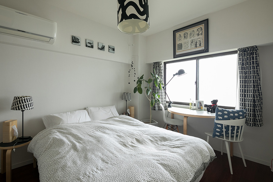 ベッドルームの窓辺には、アアルトの半円形のテーブルを。「場所をとらないので気に入っています」