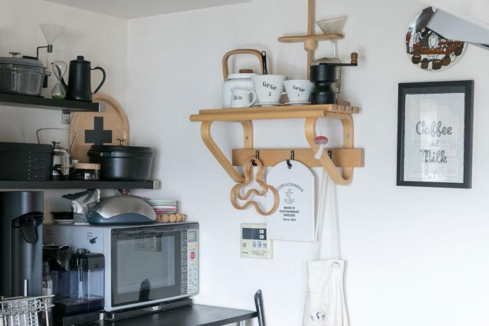 キッチンの壁につけたコートラックはアアルトのヴィンテージ。棚の上にはお気に入りのアラビアのドリッパーを飾っている。「文字が入っているのが気に入ってます」