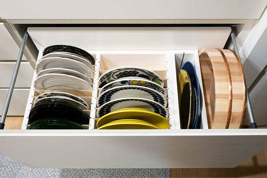 1枚ずつ立ててお皿を入れられるように造作。寿司桶も取り出しやすい。