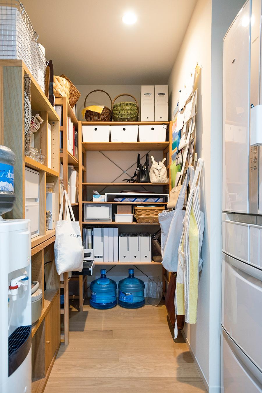 必要なものを何でも収めるパントリー。ファイルボックスやカゴなどで細かく分けて収納。