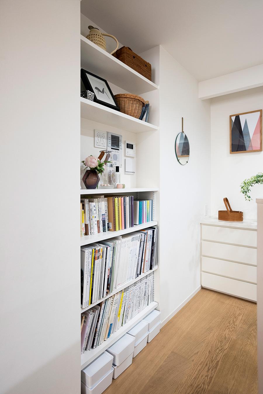 キッチンの入り口に本棚を。リビングにも近くて便利。奥は鏡を備えてメイクコーナーに。