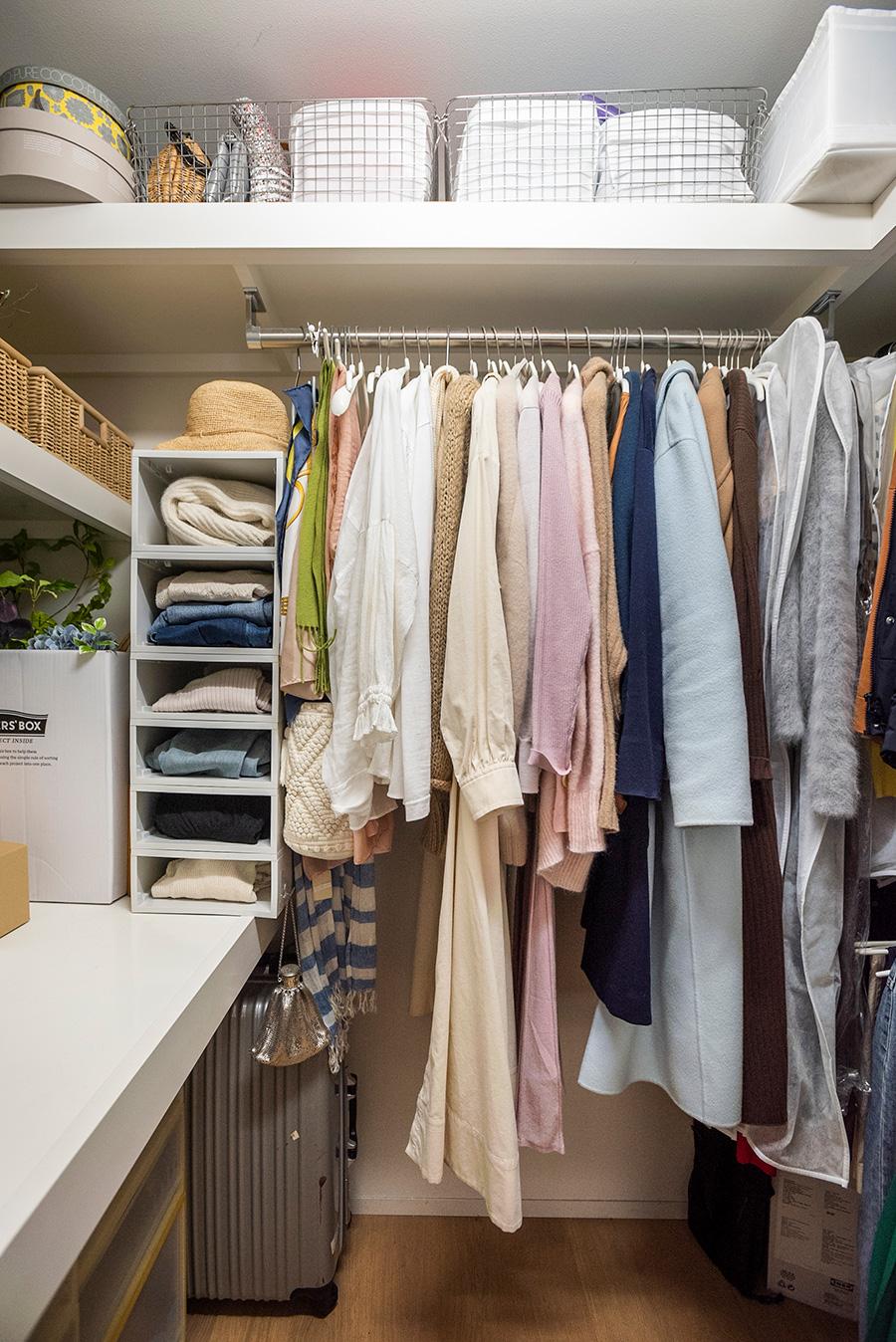クローゼットはベッドルームに。スペースを活かせるよう棚の取り付け方に工夫あり。かけておくもの、畳むものなどを考えて無駄なく収納。