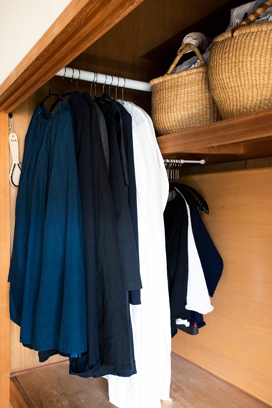 奥行きを利用して突っ張り棒を渡し、洋服かけに。枕棚の下にもさらに1本渡し、小さめのものをかけている。
